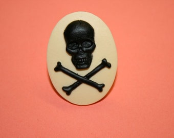 Large Black and Cream Skull and Crossbones Cameo Ring