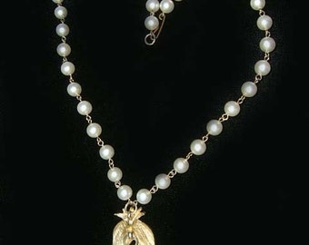 Vintage Faux Pearl Necklace with Goldtone Floral Leaf Metal droplet dangles. Costume Cascade. Sweet.