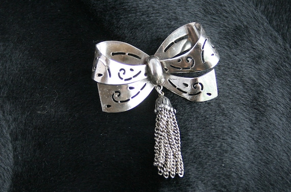 Vintage Coro Bow Pin Brooch Silver Ribbon Openwork Chain Dangles Signed
