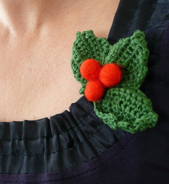 Holly berry brooch - handmade green red Thanksgiving table decoration Christmas ornament autumn