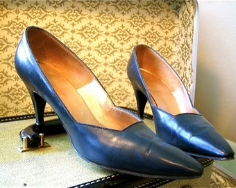 Vintage 1960s Pumps NEIMAN MARCUS Custom High Heels Navy Blue Leather Pointy Toe Stiletto Shoes 60s Joan Holloway Heels Size 6 to 6.5