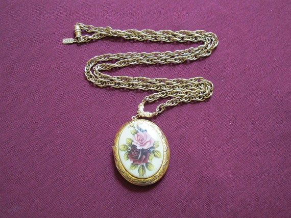 Vintage Cabbage Roses Oval Locket with Braided Chain Goldtone Necklace / Pink & Red Garden Roses Pendant, Photo Locket Floral Flowers