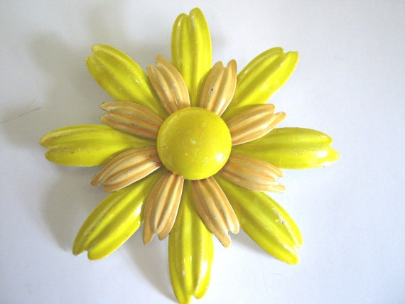 Brooch, vintage enamel, 1960s, sunny yellow two-tone daisy-cute and summery!