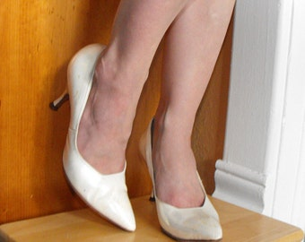 Pointy Toe Heels 60s Pearl Ivory White Shoes 1960s Heels Risque 6 1/2 Vintage