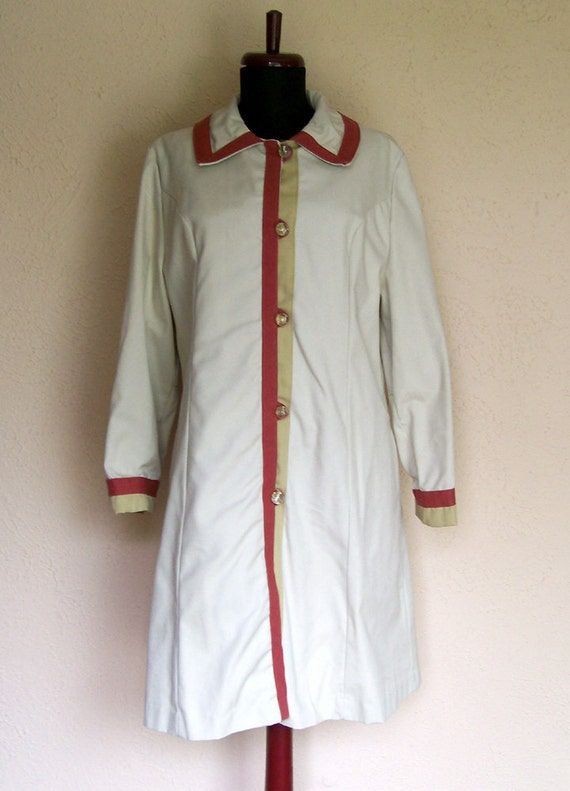 1960s Ivory Raincoat. Brick Red and Mustard Yellow Accents. Lightweight Cotton. Mad Men Fashion. Size Large. By O-Kay Fashions Herman Kay