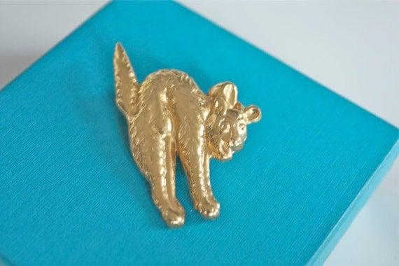 Vintage 1950s Tin HALLOWEEN SCAREDY CAT gold Brooch Lucky 13 Nos