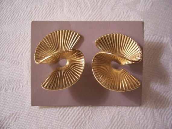 Winding Swirl Pierced Stud Earrings Gold Tone Vintage Avon 1987 Fan Twist Large Ribbed Artistic Discs