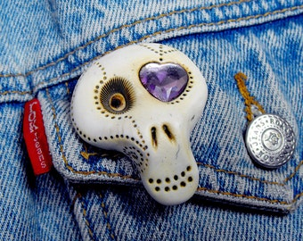 White ugar skull with a shiny lavender heart inside his eye. Brooch, keychain, pendant or magnet (you choose)