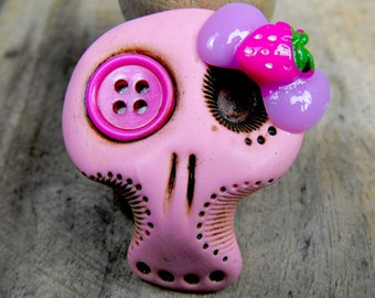 Sugar skull in light pink with a hot pink button in her eye and a cute bow on the top. Brooch, keychain, pendant or magnet (choose)