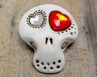 White sugar skull with two shiny hearts inside his eyes (silvery and red hearts). Brooch, keychain, pendant or magnet (you choose)