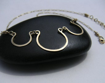 Gold Scallops Necklace Delicate Open Circles Pendant Curved Bar Necklace Hammered Wire Jewelry Simple Everyday Jewelry