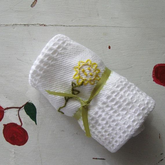 "WASHCLOTH WHITE EMBROIDERED Spa Kitchen Bath ""Sunflowers"""