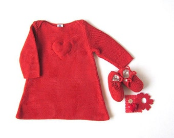 A knitted baby dress in red with a heart. 100% cotton. Newborn. ITEM UNIQUE.
