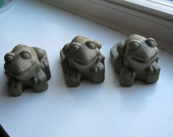 Frog Pot Risers, Pot Feet, Concrete Green Frogs, Concrete Pot Riser, Concrete Pot Feet, Garden Decor, Flower Pot Risers, Planter Frog Feet