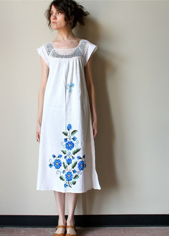 Mexican Embroidered Dress, 70s blue & white floral midi length peasant tunic, crochet trim boho hippie pullover beach cover