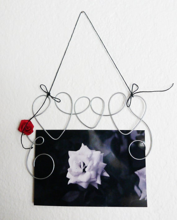 Hanging Hearts Swirl Picture Frame, Photo Holder with Red Rose, Wire Art Wall Decoration, 4x6 Wire Wall Hanging Frame