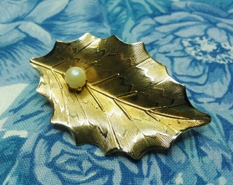 Beautiful Vintage Gold Leaf with with Faux Pearl Pin / Brooch