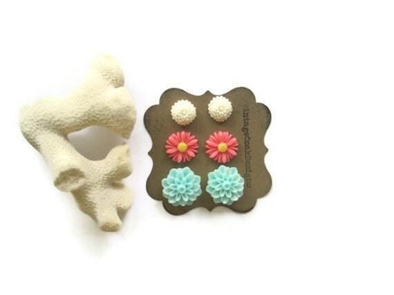 Coral Seafoam & White Flower Earrings,Beach Earring Set, Flower Earrings, Coral Earrings, Seafoam Earrings,Bridesmaid Jewelry, Beach Studs