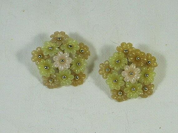 Vintage DAISY EARRINGS Bouquet Clip Pastel Daisies Plastic