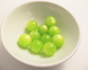 16 Vintage Lucite 16mm Key Lime Moonglow Beads Luc131