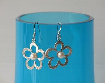 earrings, sterling silver flower shaped earrings, with zirkonia and fresh water pearl, flower earrings, wedding jewelry, birde earrings