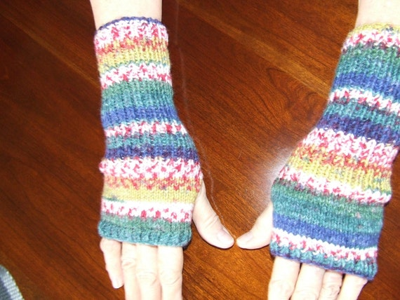 Multicolored fingerless and thumbless gloves