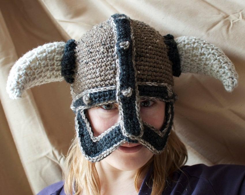 В этом МК я приведу две схемы вязания рогов.  У меня заказали вот такую шапку.  Вроде бы очевидно как вязать детали...