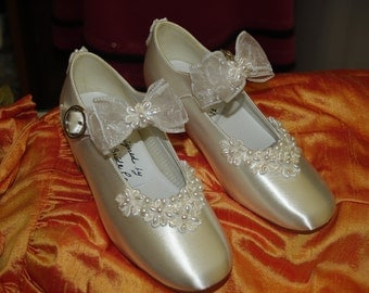 Ready to Ship Girls Size 13 Flower Girls Shoes Off White Satin Mary Janes with beautiful flowers appliqué and bow,Pearls,First Communion