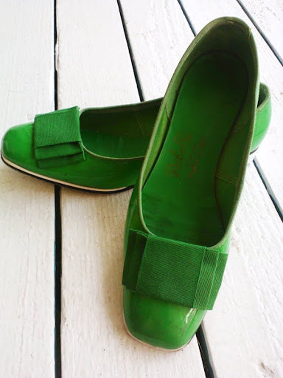 Mod Flats in Kelly Green Patent Leather with Bows size 5.5