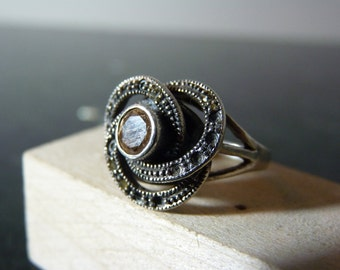SALE Vintage Silver Circles Ring with Champangne Colored Gemstome