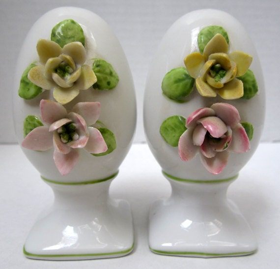 Floral design egg shaped salt and pepper shakers - Egg shaped salt and pepper shakers ...