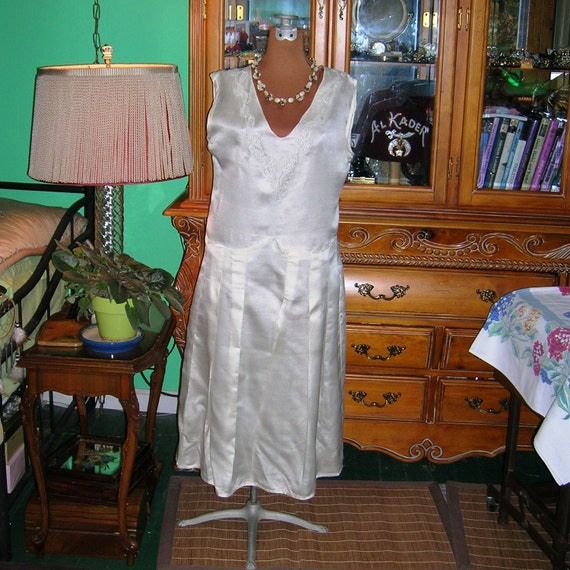 Vintage 20's Wedding Dress . Classic 1920s Bridal Gown . Beaded Ivory Silk Charmeuse . Chic Flapper Tea Gown .  Phryne Fisher . Great Gatsby