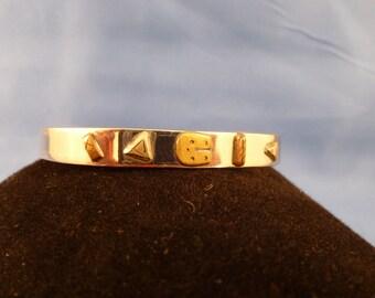 Silver toned bracelet. (B46)
