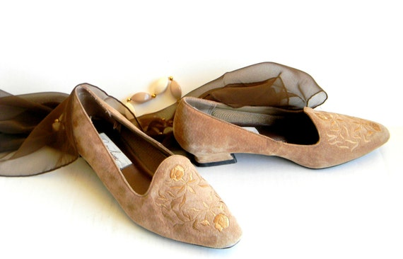 Vintage Suede Shoes. 1960s Low Heel Embroidered Shoes in Beige Suede. Brown. Size 8 and a half. Mad Men Fashion Mothers day
