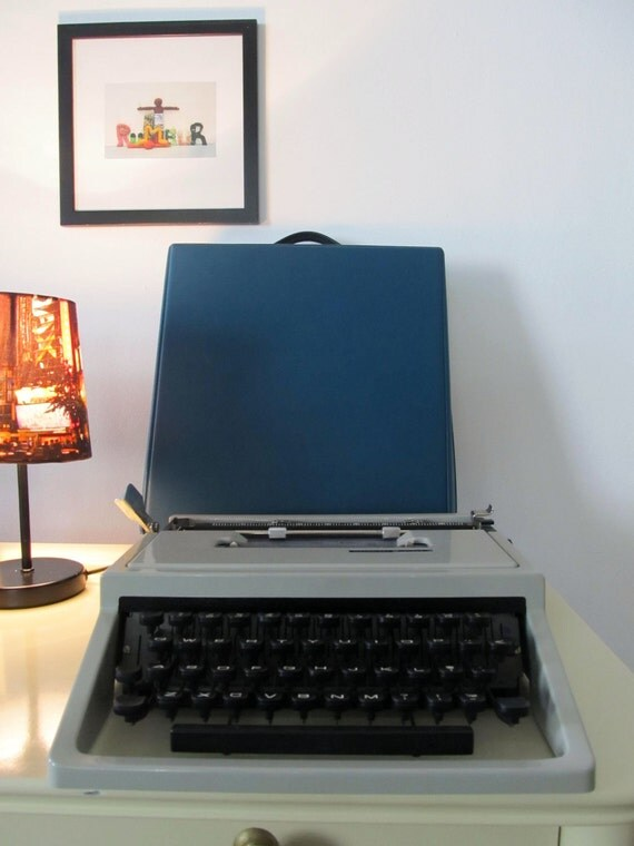 Vintage Manual Typewriter Olivetti Dora Manual  with Case