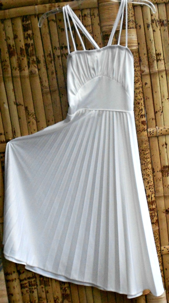 Marilyn Monroe Style White Dress with full circle pleated skirt                      size 6