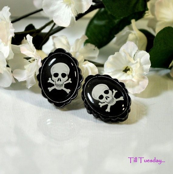 Skull and Crossbones Earrings, Scallop Frame