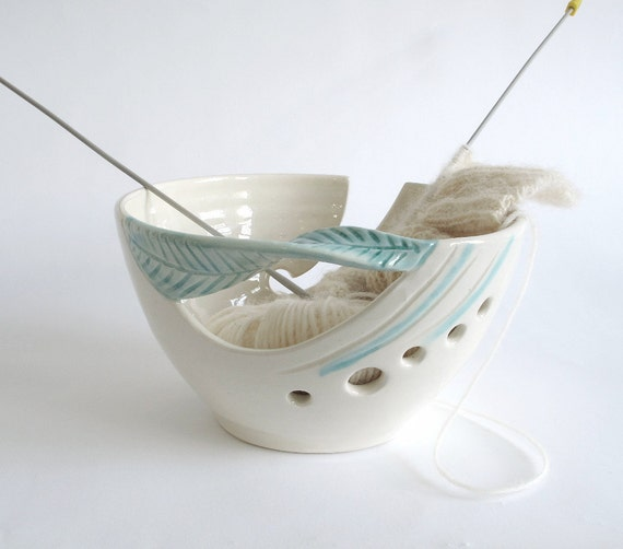 Yarn bowl Knitting yarn bowl Personalized gift for mom Custom Crochet bowl Ceramic bowls White organizer decoration green leaf handle