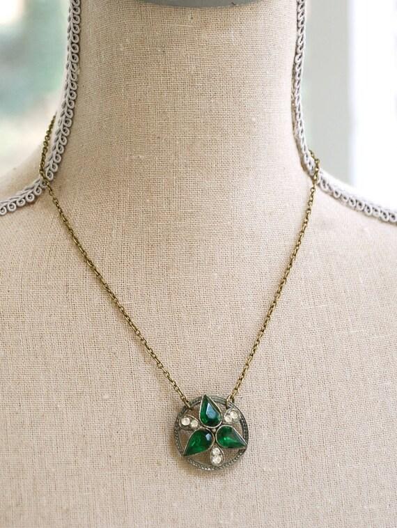 Emarald green beauty. vintage rhinestone necklace. Tiedupmemories