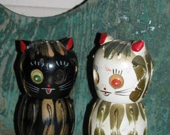 Cat Kitten Salt & Pepper Shakers, Wooden, Black Cat, Meow, Feline, Retro Red, Black and White, 1950's, Hand Painted, Halloween Cats