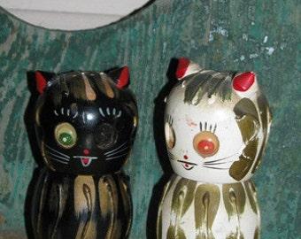 Cat Kitten Salt & Pepper Shakers, Wooden, Black Cat, Meow, Feline, Retro Red, Black and White, 1950's, Hand Painted, Halloween Cats