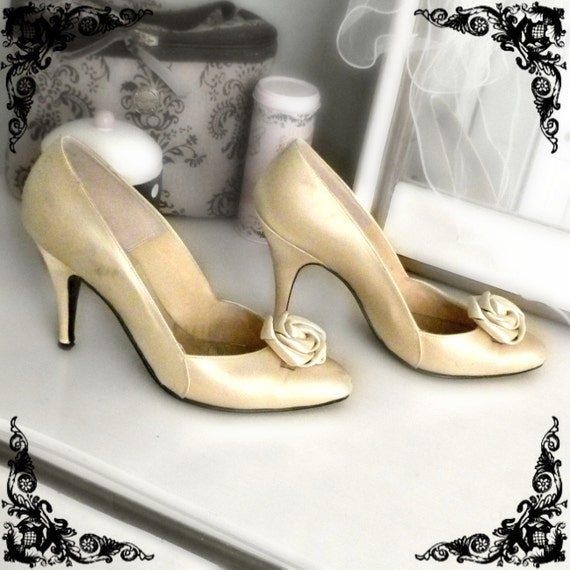 PREVIOUSLY 23.00 - Vintage Rosette Heels in Cream - Size 6.5-7