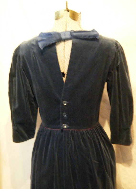 Buttons and Bows II vintage 1980s Navy velvet dress with Keyhole back and charming Details Medium