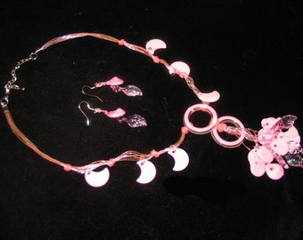 VINTAGE 1970s - Pink Plastic Necklace with matching earrings