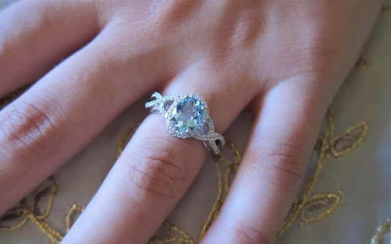Oval Aquamarine & diamond 18K White gold ring.