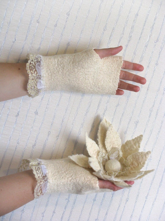 Zephyr's kiss, cozy and warm fingerless mittens with lace