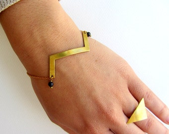 Geometric zig zag brass chain bracelet with black gemstone beads and gold plated chain. Cuff bracelet