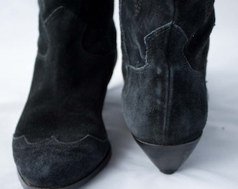 Hot! Sale! Action! Ultra-chic 1980s suede wingtip cowgirl boots by Bandolino, US size 6M. Made in Italy. very gently worn.