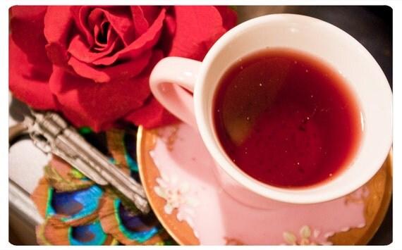 organic tea - the gunslinger - exotic gunpowder green tea edged in hibiscus, red rooibos, hops flowers and kukicha twigs - fair trade tea