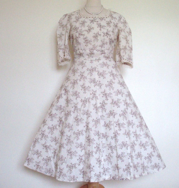 Vintage 1970S Cream Victorian style chintzy floral Dress UK 12-14, US 10-12.